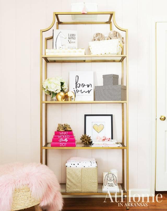 этажерка золотого цвета с открытыми полками для игрушек и коробок
