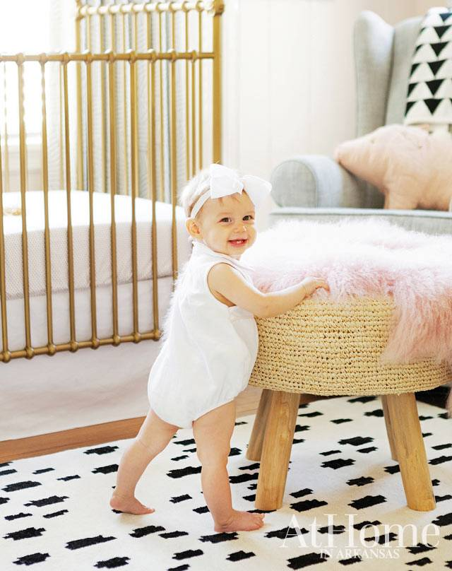 плетеный пуф и ковер с разветкой долматина в детской для девочки
