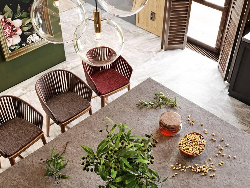 возле кухонного острова стоят очень удобные деревянные кресла