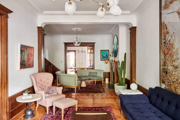 арочный проем между гостиной комнатой и столовым пространством