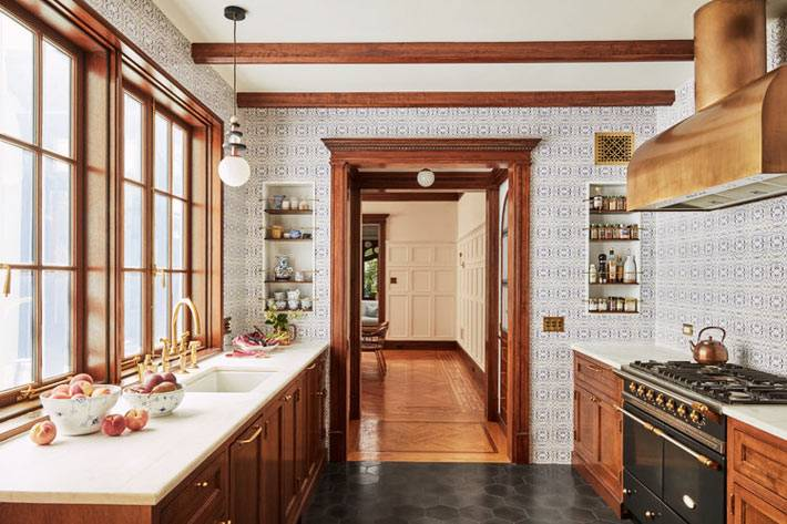 стены кухни облицованы бело-голубой плиткой фото