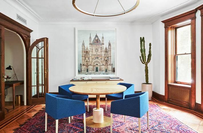зона отдыха - синие мягкие кресла вокруг деревянного стола