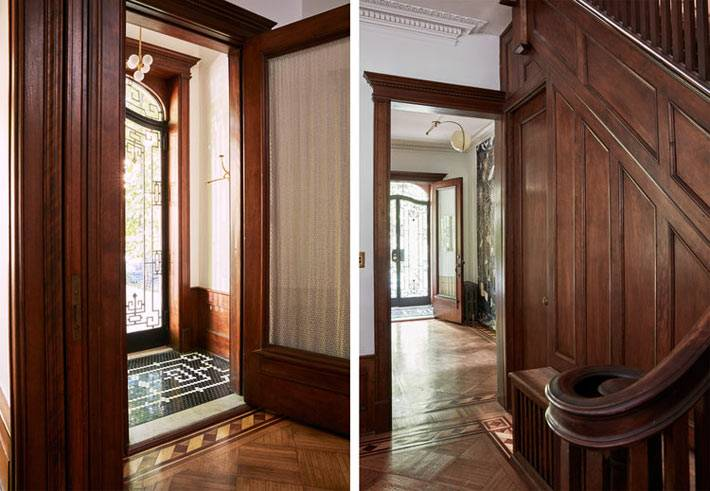 стены холла дома оббиты деревянными панелями фото