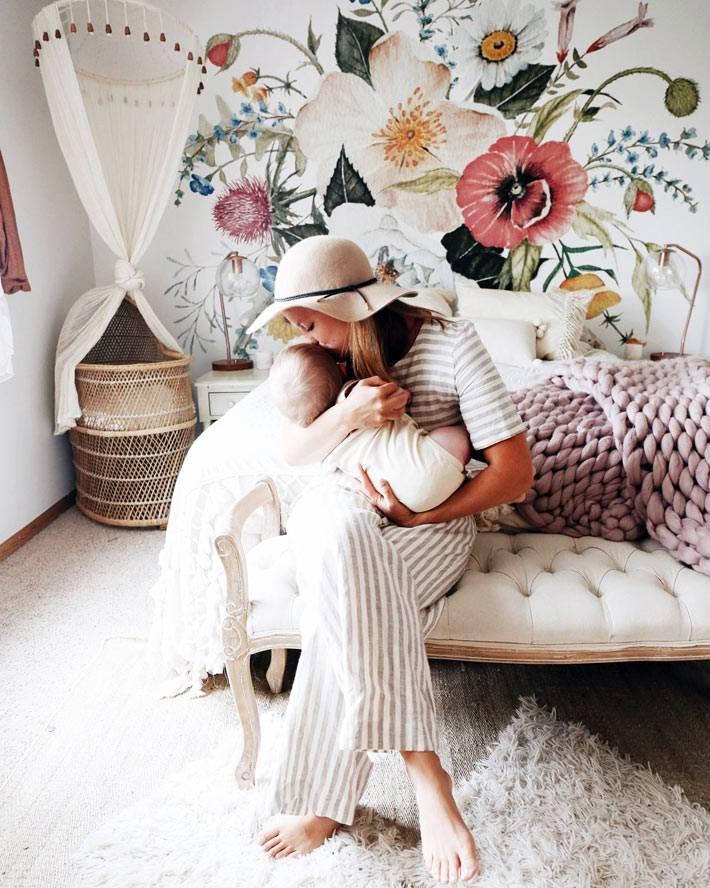 спальня девушки блогера с цветочной росписью на стене