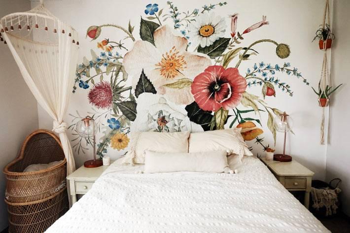 балдахин и цветочная роспись над кроватью в дизайне спальни