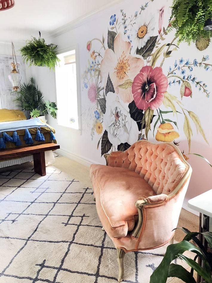пудровый розовый диванчик в спальне возле расписной стены