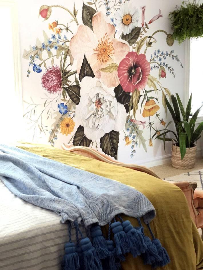 роспись на стене спальни - большой букет из полевых цветов фото