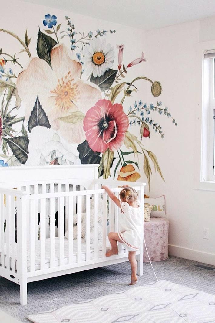 красивая расписная стена будет уместна над детской кроваткой фото
