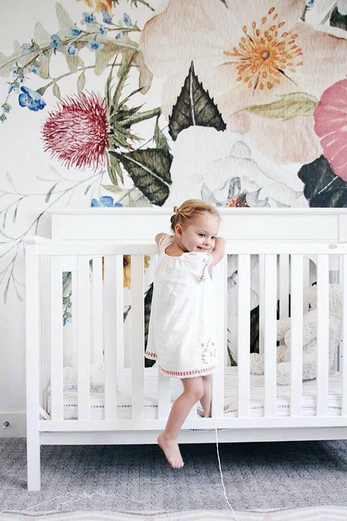 детям нравятся стены с нарисованными цветами в спальне фото