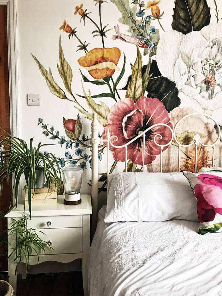большой рисунок с цветами в изголовье кровати фото