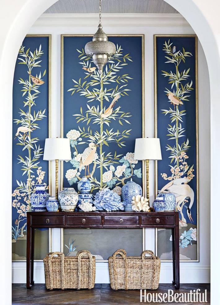 китайский фарфоровые вазы на консольном столике в холле