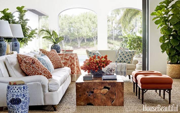 арочные оконнные проемы в интерьере гостиной в доме
