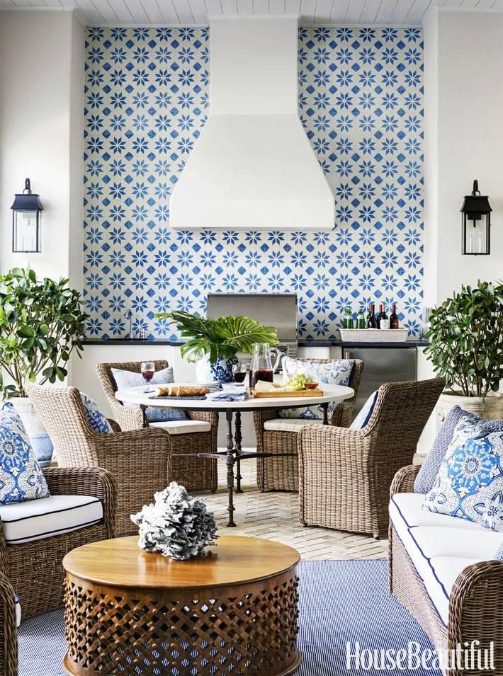 сине-белый рисунок на плитке кухонного фартука в марокканском стиле