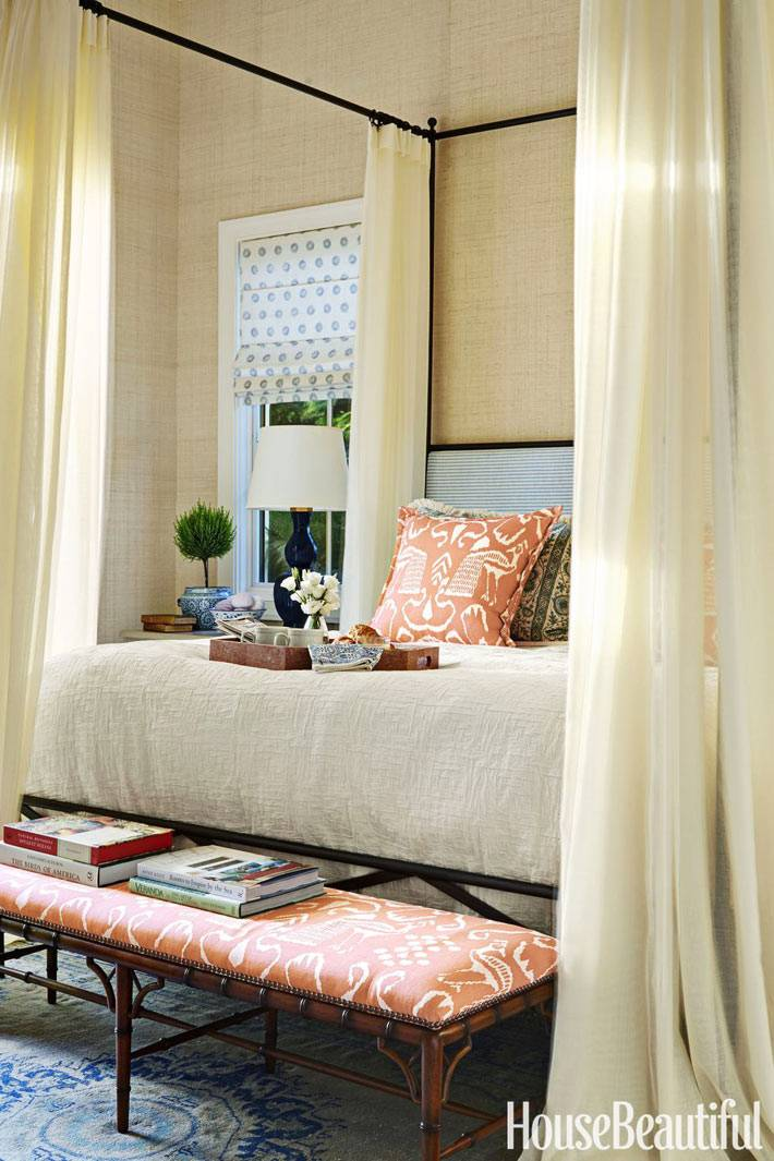 кровать в спальне с металическим каркасом для балдахина фото