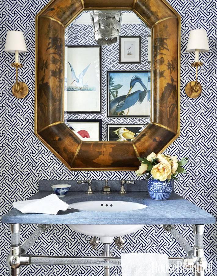 зеркало в массивной раме для ванной комнаты с синими обоями фото