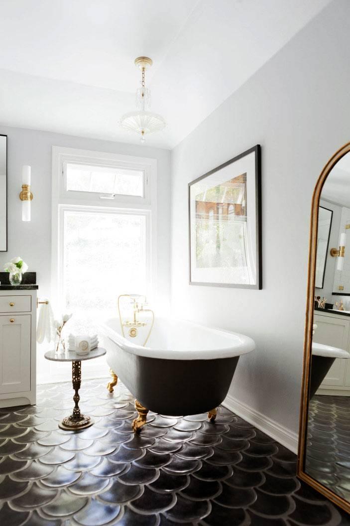пол в ванной выложен плиткой в форме рыбьей чешуи фото