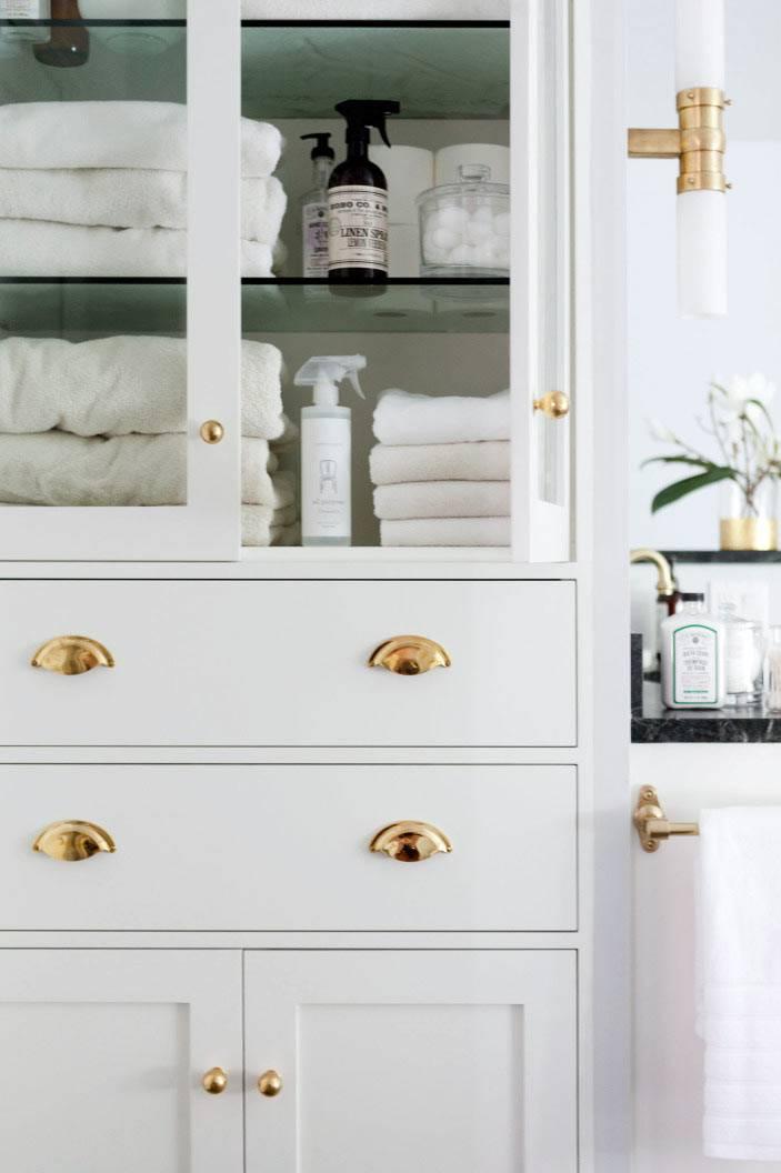 белый шкафчик для полотенец и ванных принадлежностей фото