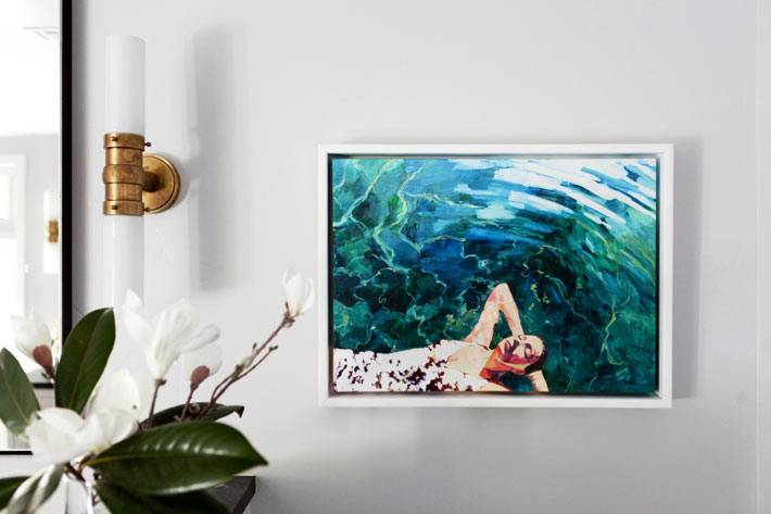 картина с бассейном укршает стену ванной комнаты фото