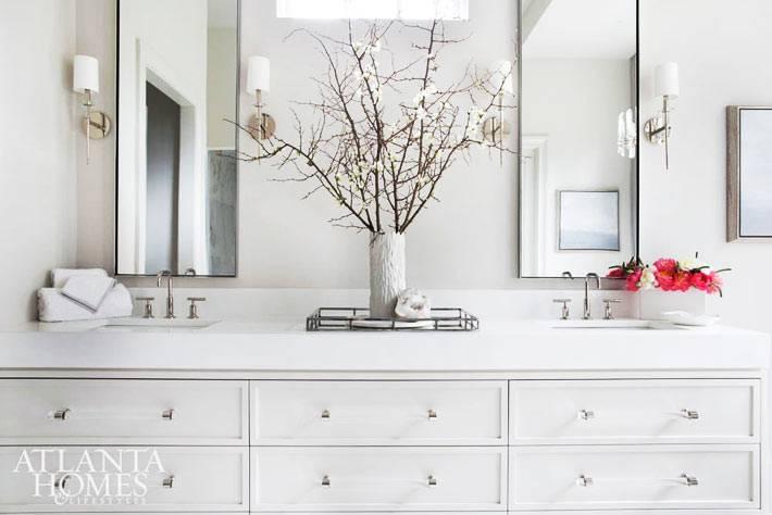 белый большой комод с ящиками в просторной ванной комнате фото