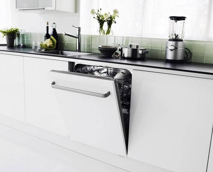эститика белой кухни с посудомоечной машиной фото