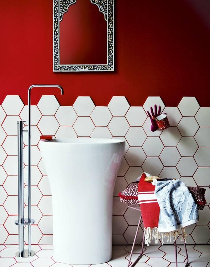 красные цветные швы между белой плиткой в интерьере ванной