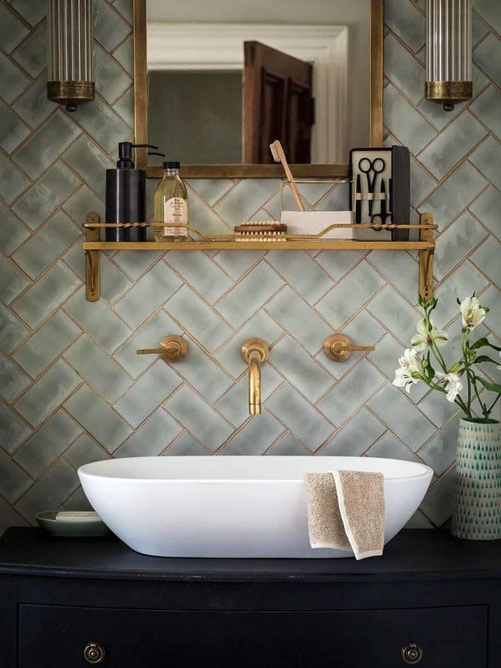 золотая затирка в сочетании с латунными кранами в ванной комнате фото