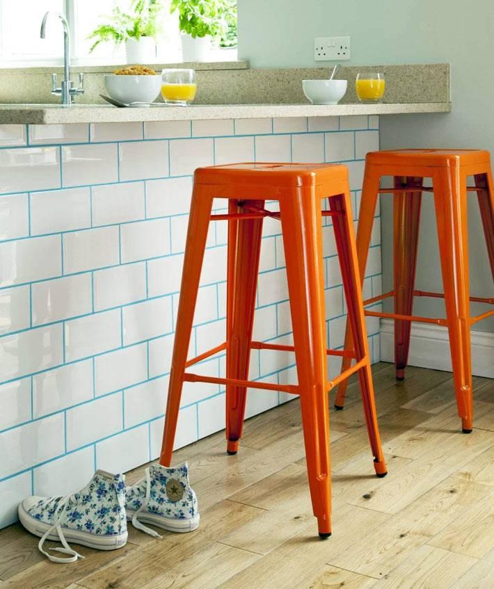 скучный интерьер белой плитки на кухне можно красочно разбавить голубой затиркой швов