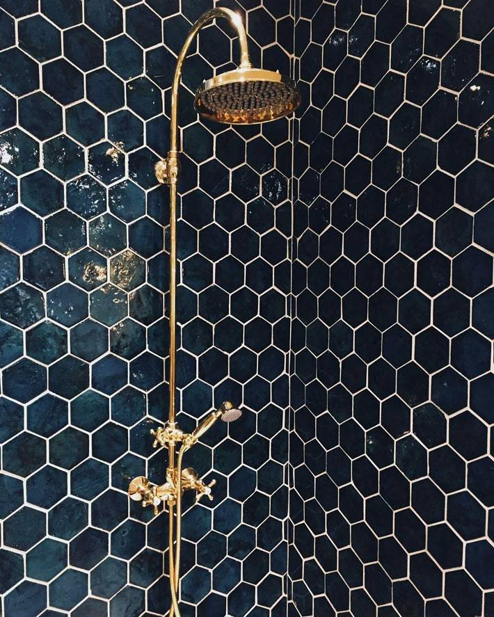 контрастные цвета межплиточных швов на плитке-сотах фото