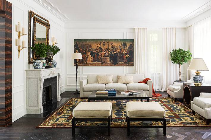 антикварная мебель и старинные картины в украшении гостиной комнаты