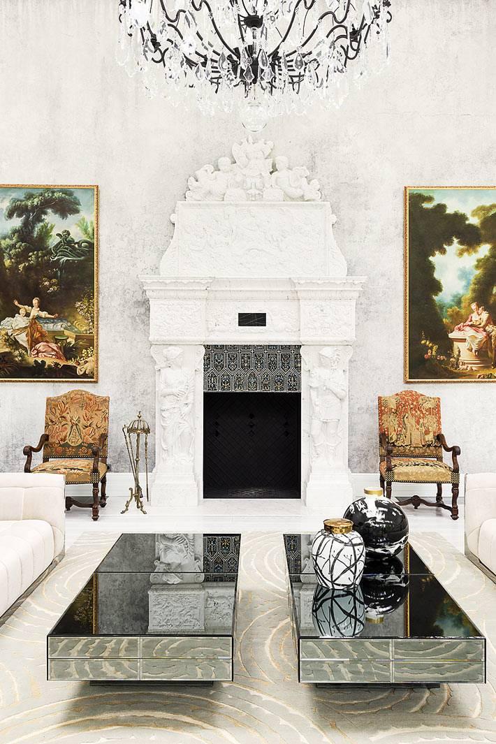 белый портал камина с красивой лепниной и антикварной мебелью