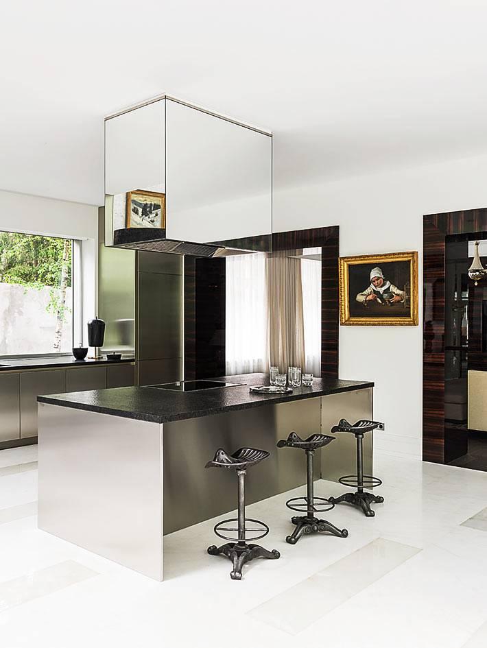 вытяжка с зеркальной поверхностью над рабочим островом кухни