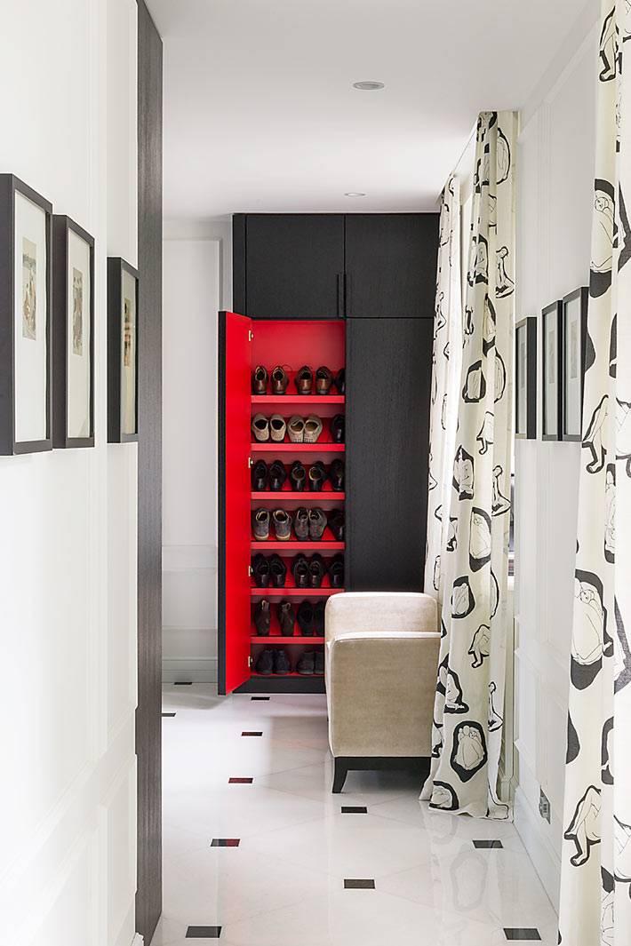 встроенный шкаф для обуви с красными полками в прихожей дома