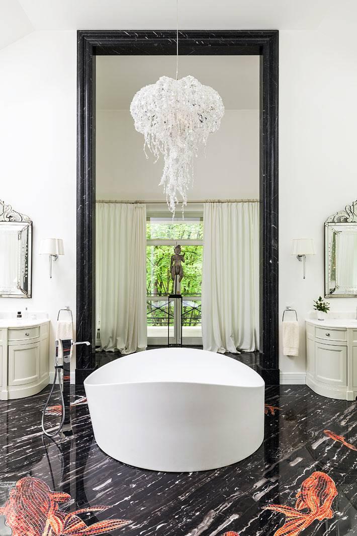 черный мраморный пол с нарисованными рыбами в ванной комнате