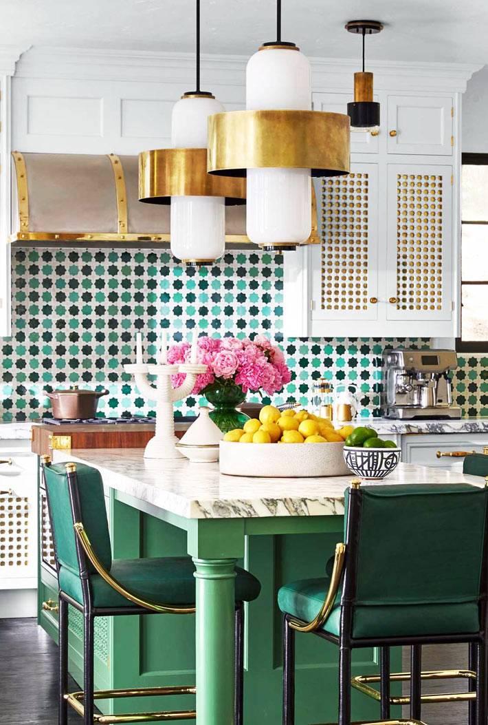 изумрудный цвет мебели на кухне в сочетании с латунными светильниками