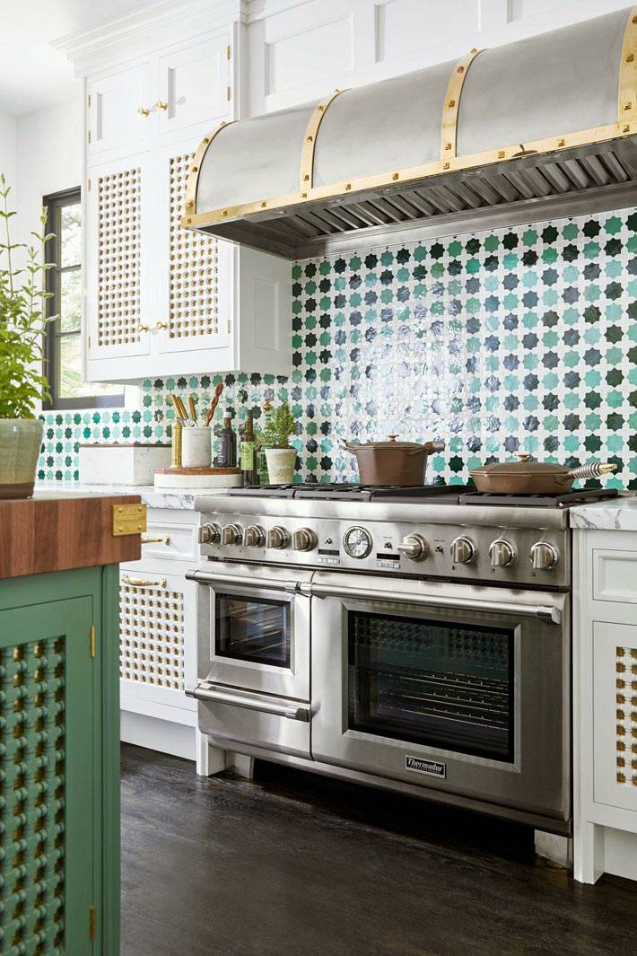 зеленый рисунок на глазурованной плитке рабочего фартука на кухне