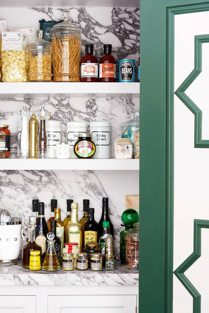 шкафчик с полками и мраморной стеной в интерьере красивой кухни фото