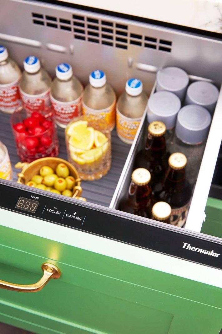 вертикальный встроенный зеленый холодильник для десертов и напитков фото