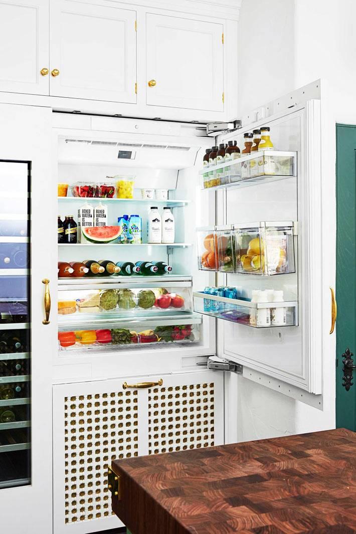 встроенный холодильник для продуктов очень большой и вместительный