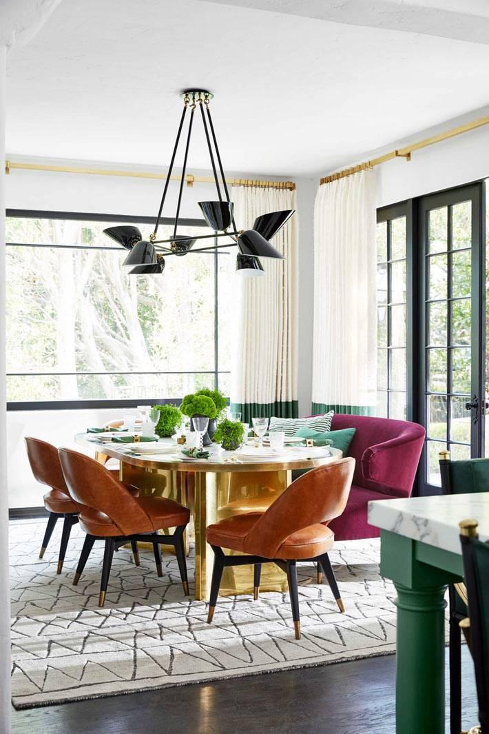 золотистый обеденный стол с разноцветными креслами вокруг стола