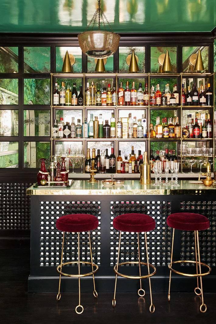 домашний бар с барной стойкой в комнате с зеленым потолком