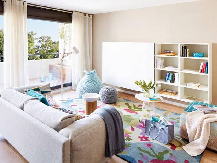 светло-бежевый интерьер гостиной комнаты с белой мебелью фото