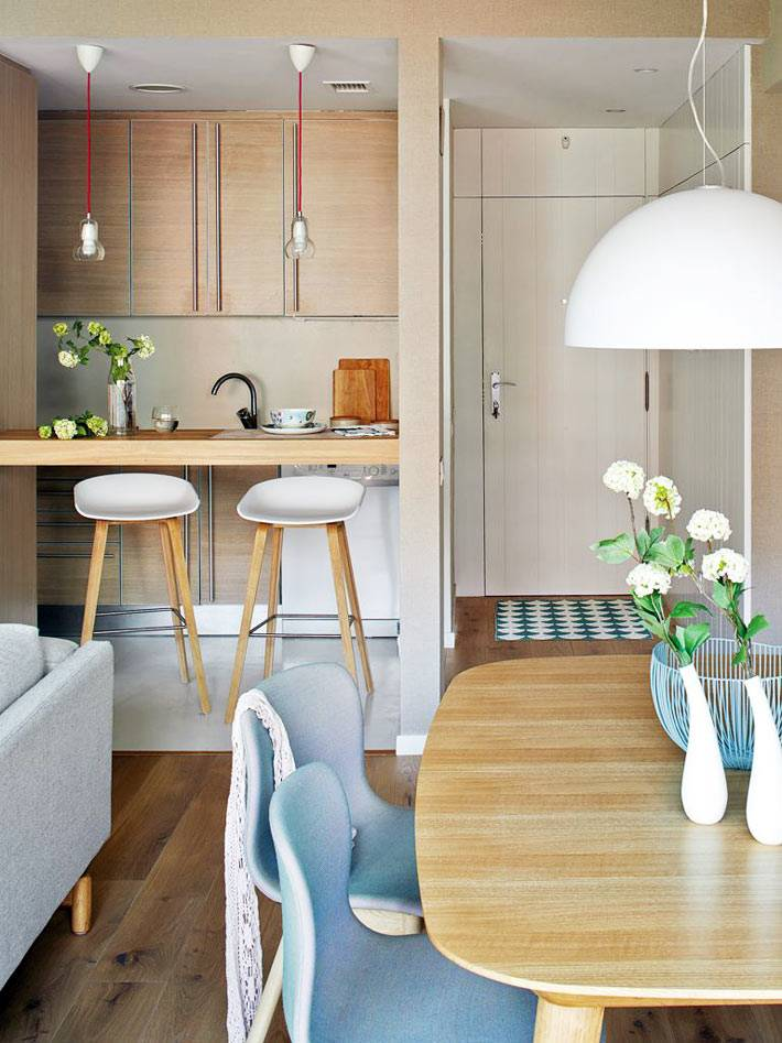 очень маленькая кухня с барной стойкой в двухкомнатной квартире