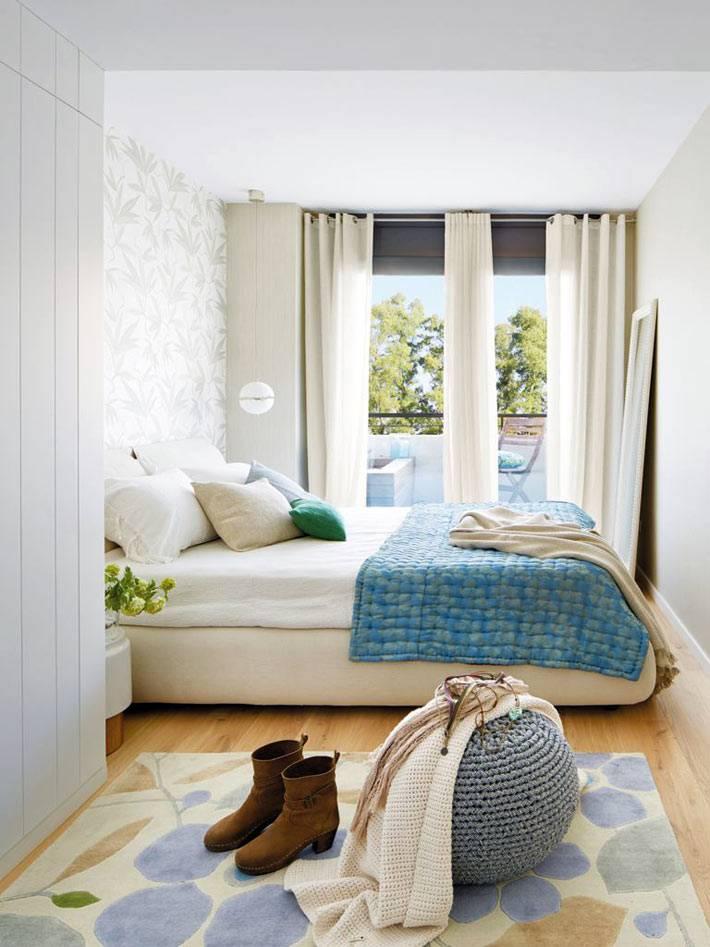 спальня для родителей светлая с большим белым шкафом и выходом на балкон