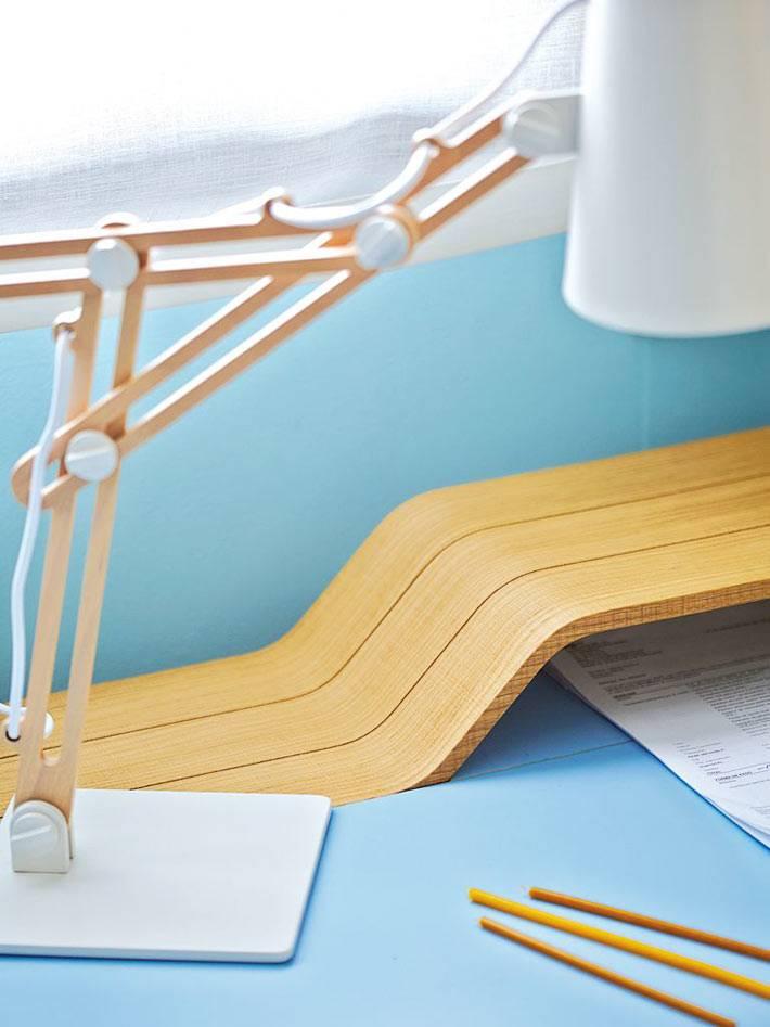 интересный дизайн рабочего стола с деревянными подставками и настольной лампой