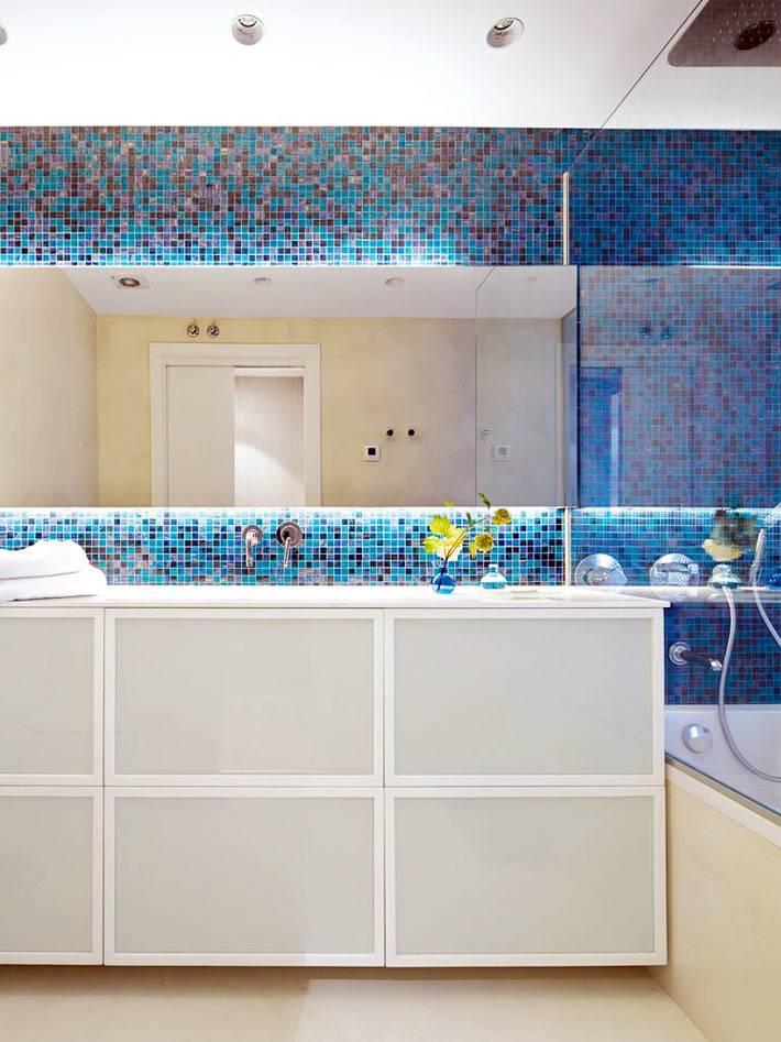 мелкая плитка мозаика голубого и синего цвета по периметру ванной комнаты