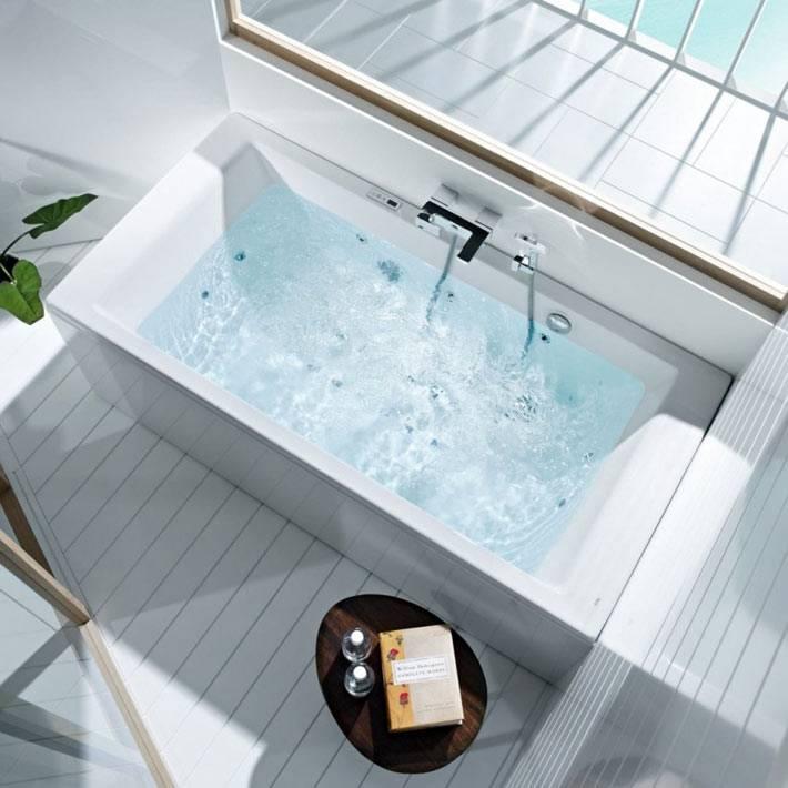 белые гидромассажные ванны в интерьере комнаты фото