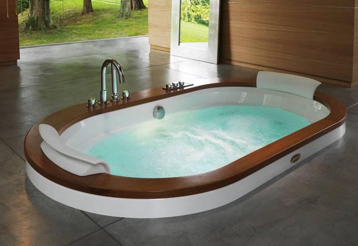 гидромассажная ванная, утопленная в полу ванной комнаты