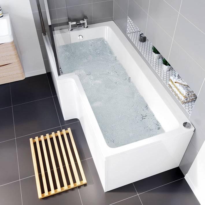 большая белая ванна с гидромассажной системой в квартире