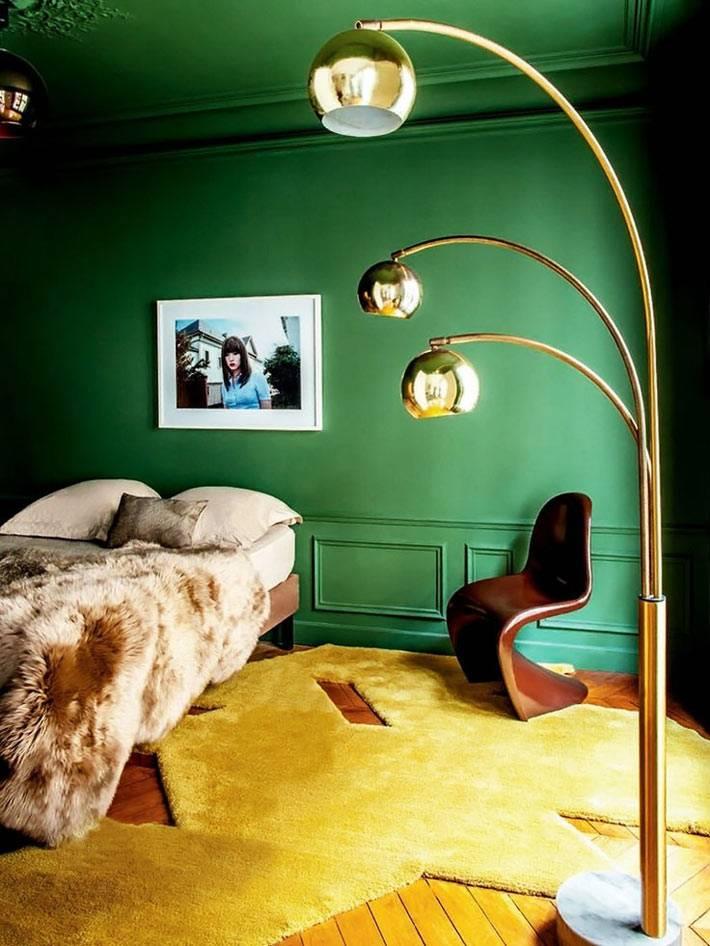 насыщенный зеленый цвет стен и потолка в оформлении интерьера спальни