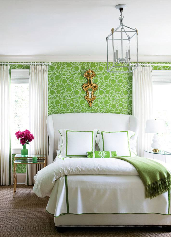 светло-зеленые обои в спальне гармонично сочетаются с белым текстилем